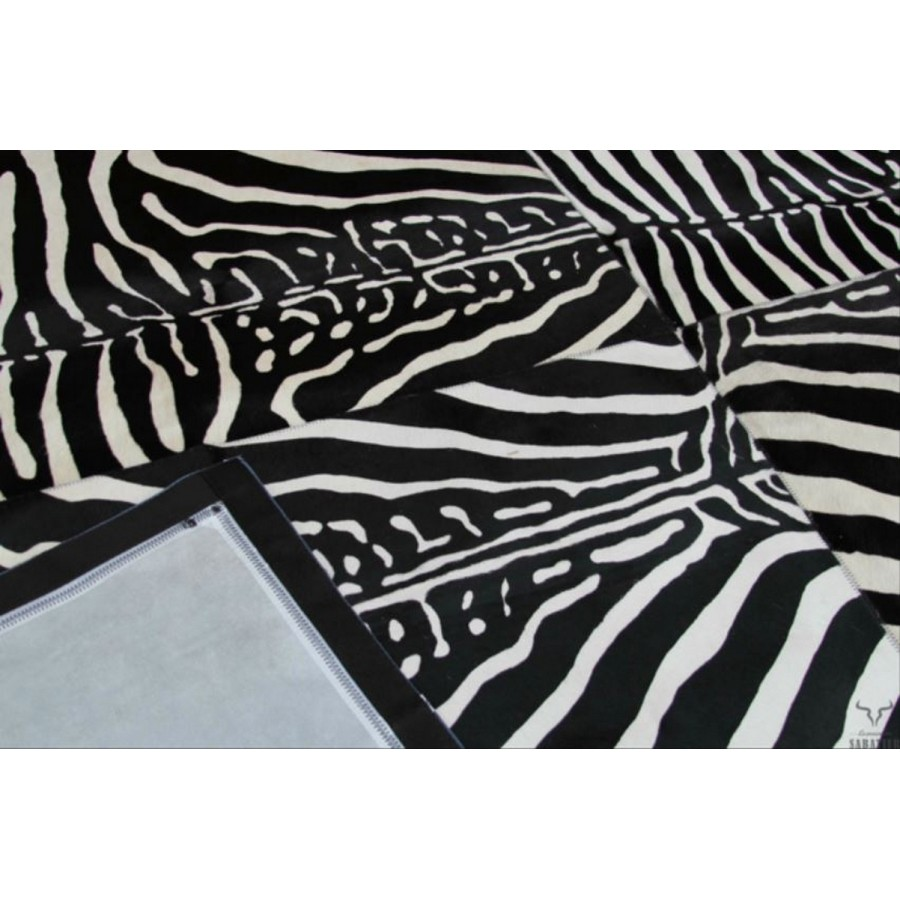 tapis en cuir peau de vache zebre noir et blanc style patchwork. Black Bedroom Furniture Sets. Home Design Ideas